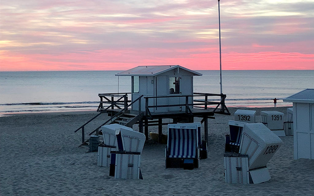 Haus am Strand im Sonnenuntergang