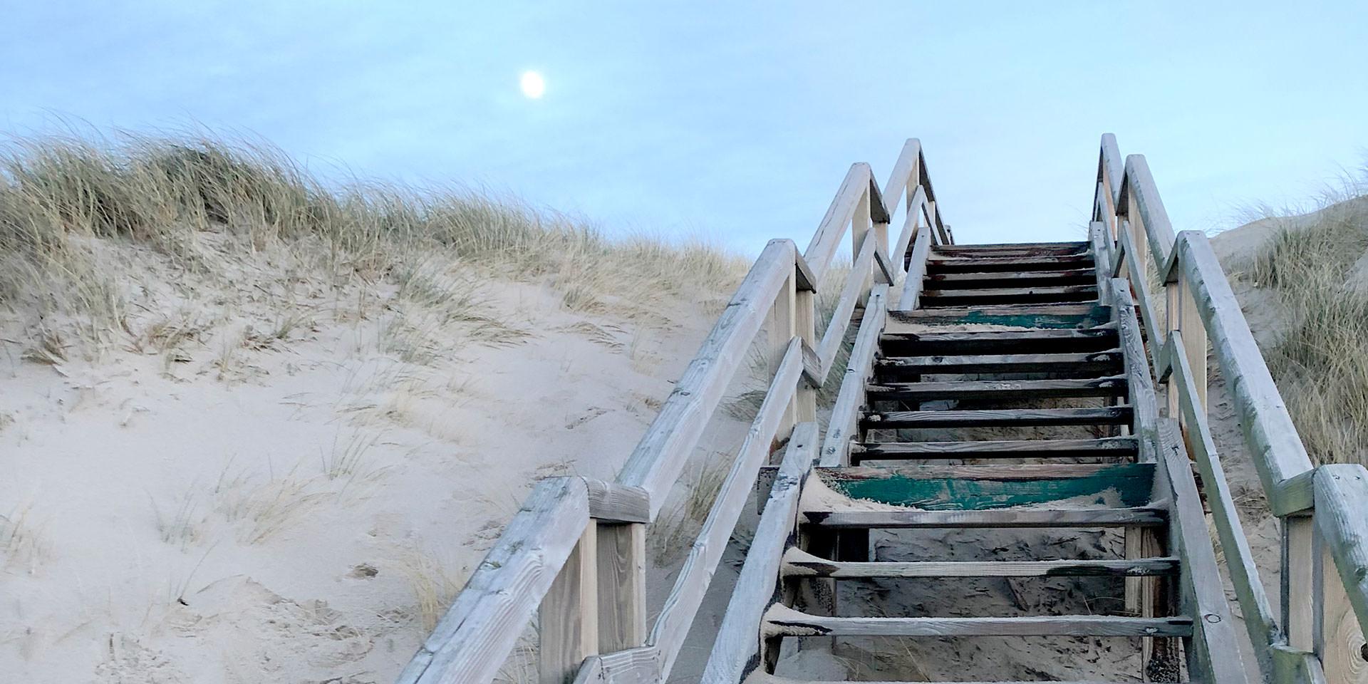 Holztreppe in den Dünen am Strand