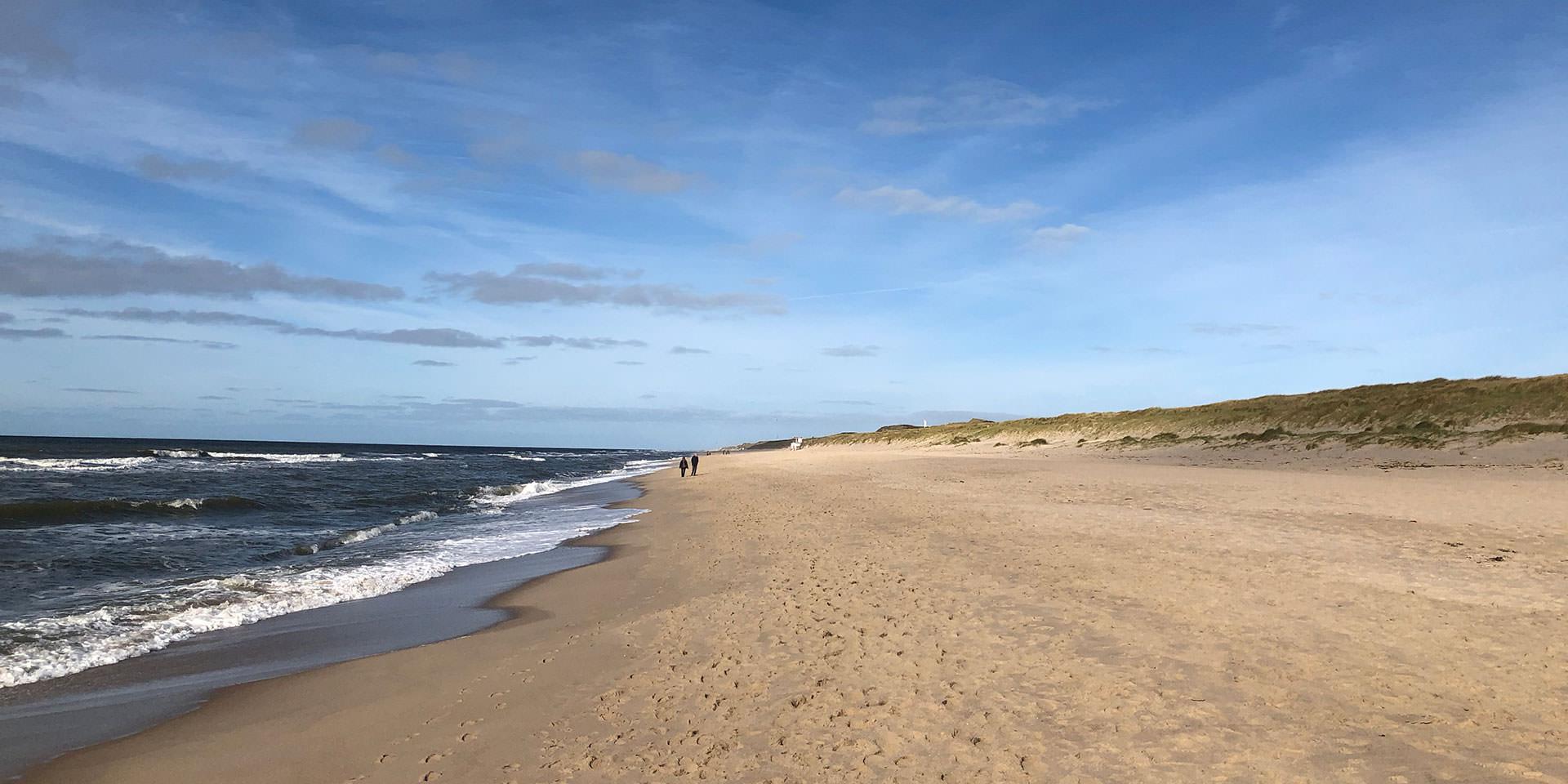 Strand am Meer mit blauem Himmel
